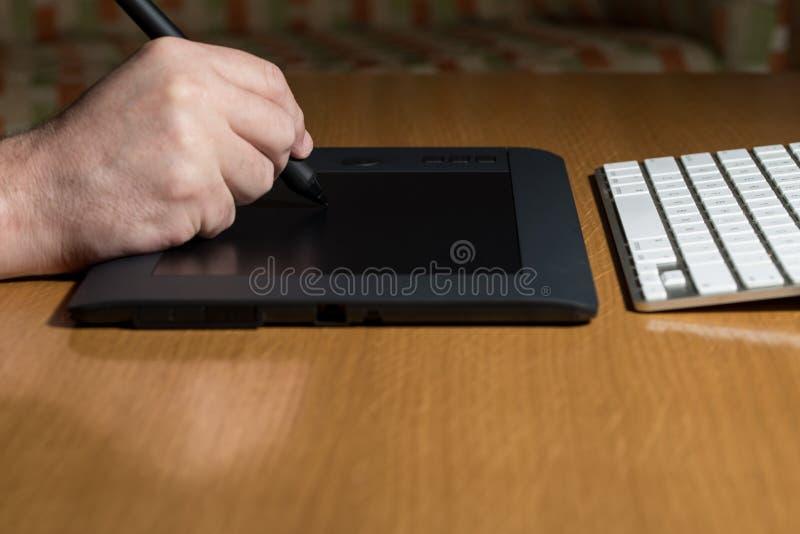 Download Mano Que Detiene A Pen Over Table Gráfico Imagen de archivo - Imagen de ilustración, digitalizado: 42432497