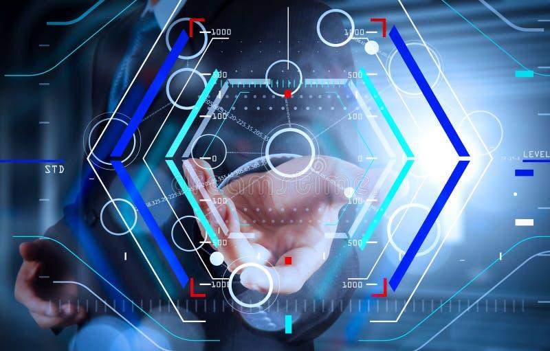 Mano que dibuja el organigrama en blanco en el nuevo ordenador moderno como concepto imagen de archivo libre de regalías