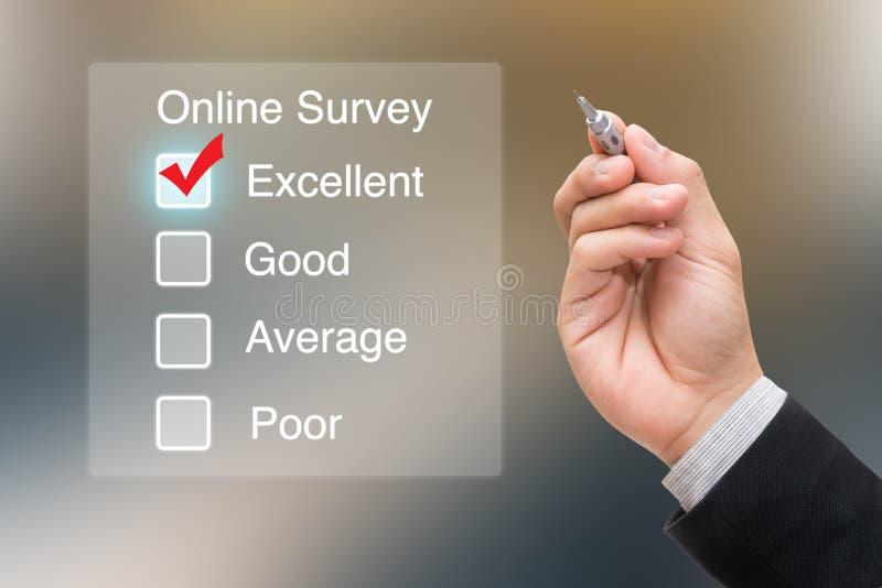Mano que hace clic encuesta en línea en la pantalla virtual fotografía de archivo libre de regalías