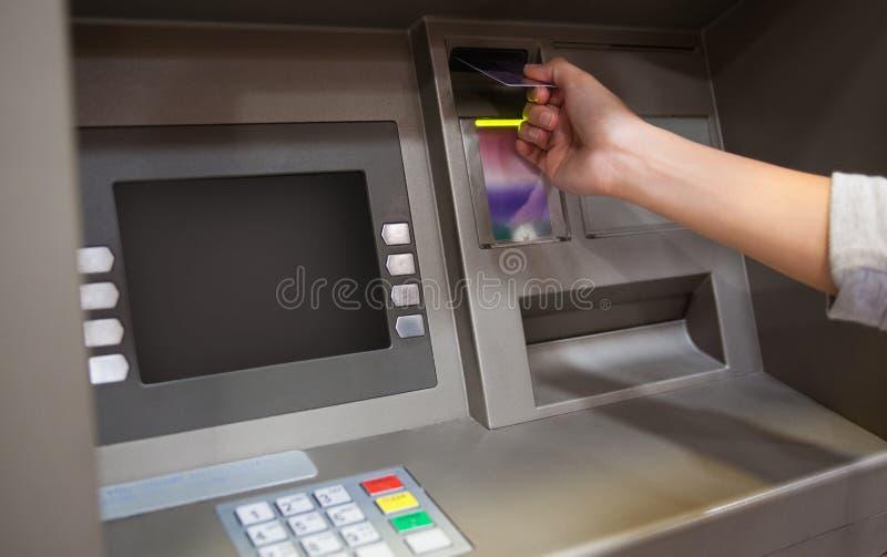 Mano que inserta un de la tarjeta de crédito imagen de archivo