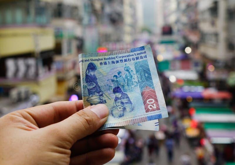 Mano que lleva a cabo billnotes del HKD del dólar de Hong Kong fotografía de archivo libre de regalías