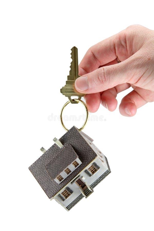 Mano que lleva a cabo claves de una casa foto de archivo libre de regalías