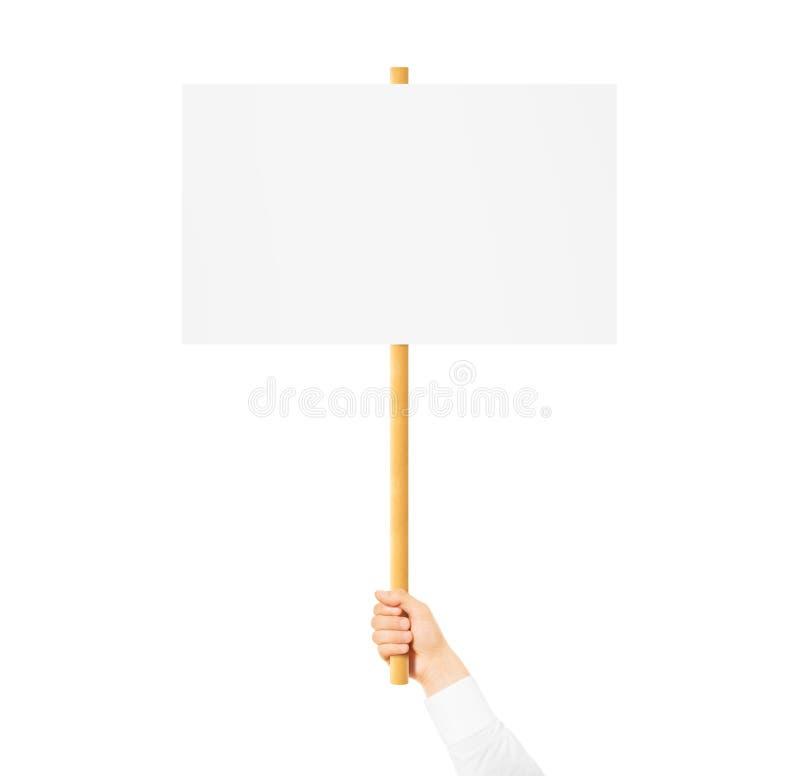 Mano que lleva a cabo mofa en blanco de la bandera para arriba en el palillo de madera aislada fotografía de archivo