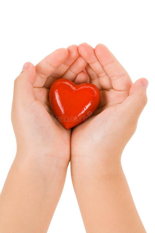 Mano que lleva a cabo un corazón rojo fotografía de archivo libre de regalías