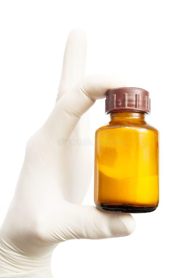 Mano que lleva a cabo una botella de medicina foto de archivo libre de regalías
