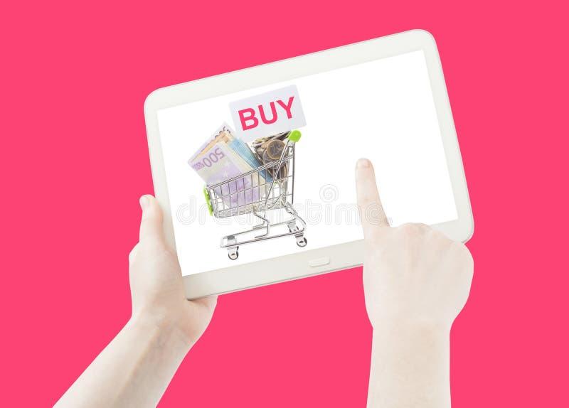 Mano que muestra el carro de la compra para comprar la lista imagenes de archivo
