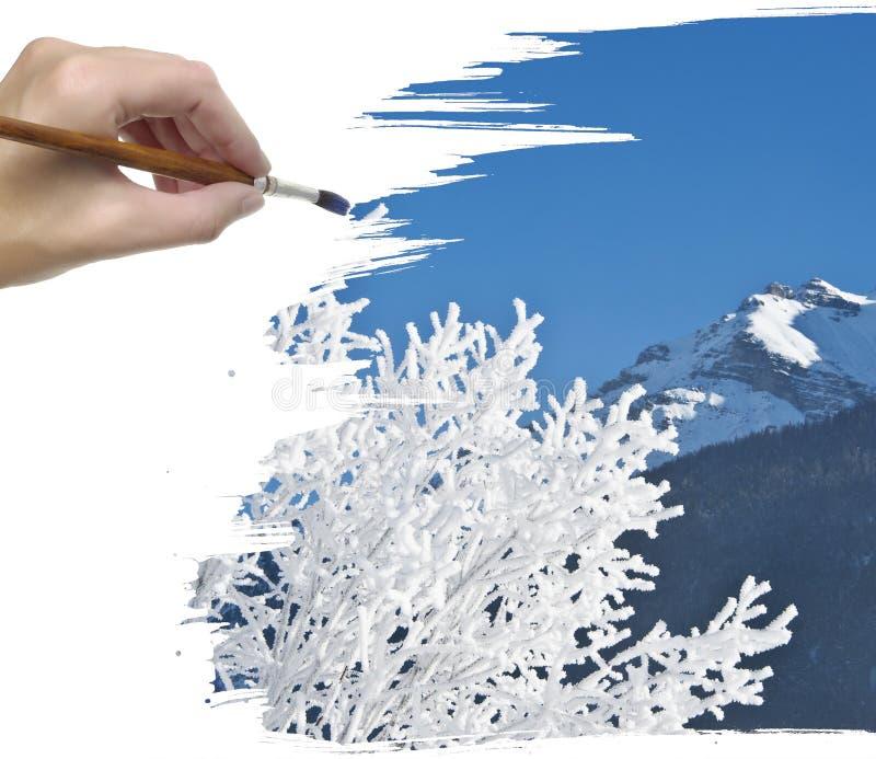 Mano que pinta el árbol nevado imágenes de archivo libres de regalías