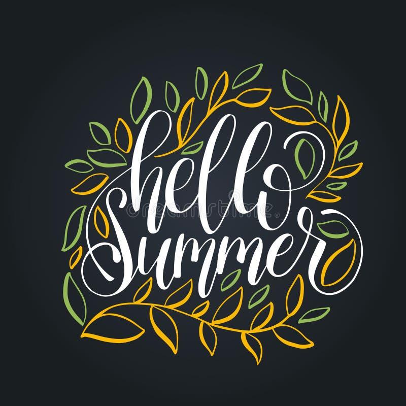 Mano que pone letras a verano inspirado del cartel hola Caligrafía en fondo de las hojas Ejemplo de la cita de la diversión del v libre illustration
