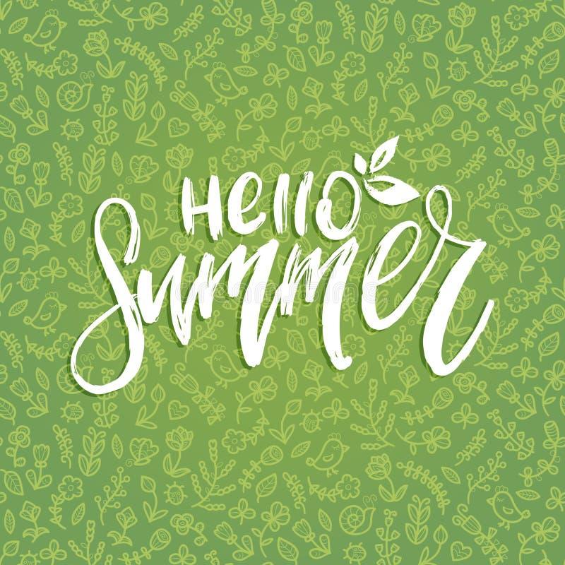 Mano que pone letras a verano inspirado del cartel hola Caligrafía en fondo floral verde Ejemplo de la cita de la diversión del v libre illustration