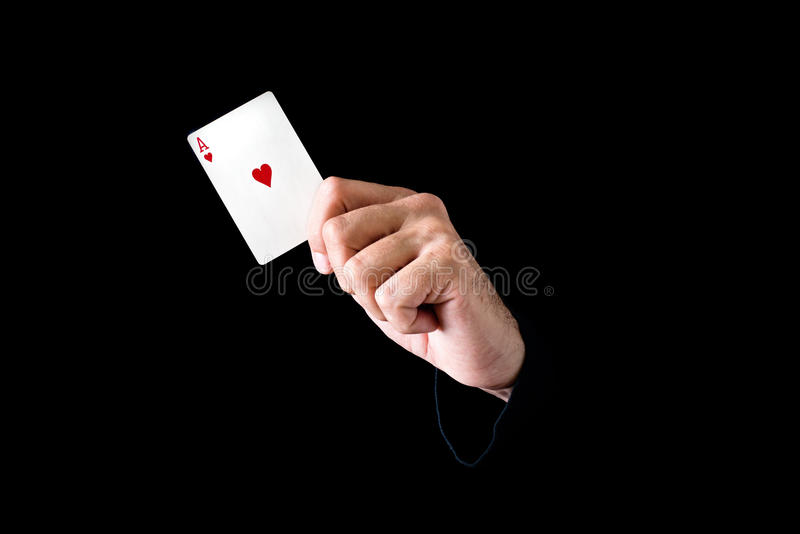 Mano que sostiene el as de la tarjeta de los corazones foto de archivo