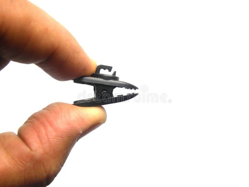 Mano que sostiene el clip del alambre del auricular foto de archivo libre de regalías