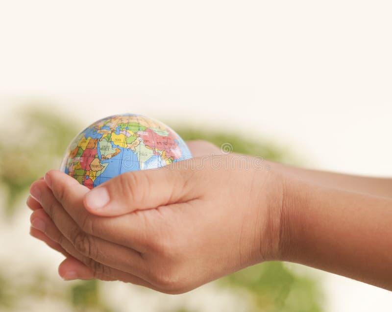 Mano que sostiene el globo foto de archivo libre de regalías