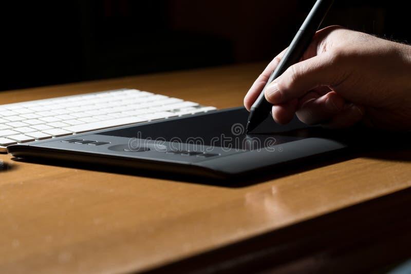Download Mano Que Sostiene La Tableta Del Dibujo Para El Diseñador Gráfico Foto de archivo - Imagen de profesional, comunicación: 42432954