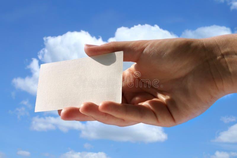 Mano que sostiene la tarjeta de visita en blanco fotografía de archivo