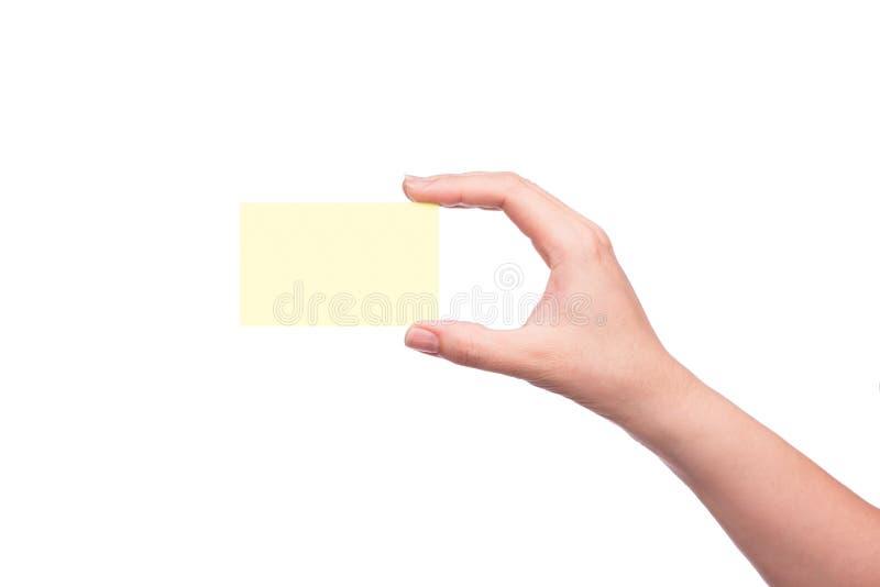 Mano que sostiene la tarjeta de visita en blanco aislada imagenes de archivo