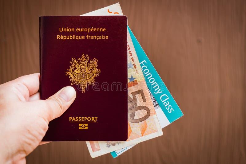 Mano que sostiene un pasaporte francés fotografía de archivo libre de regalías