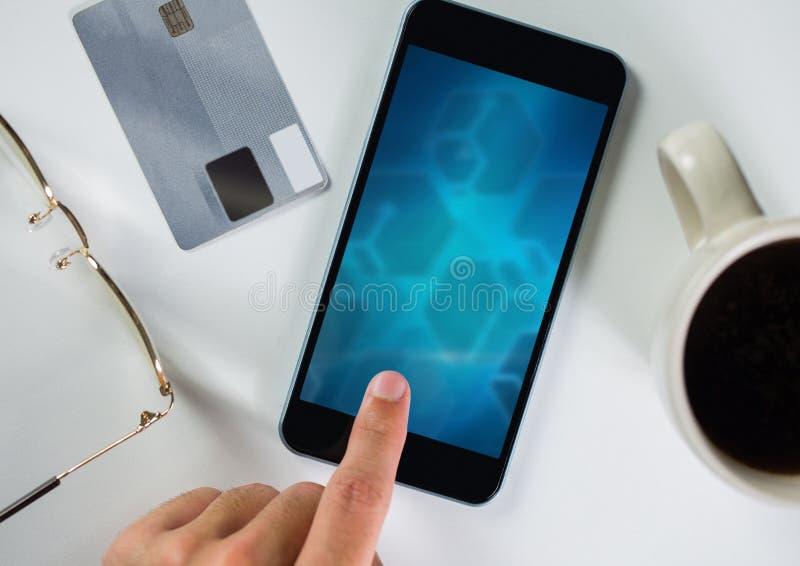 mano que toca en el teléfono con la pantalla de la pendiente fotografía de archivo libre de regalías