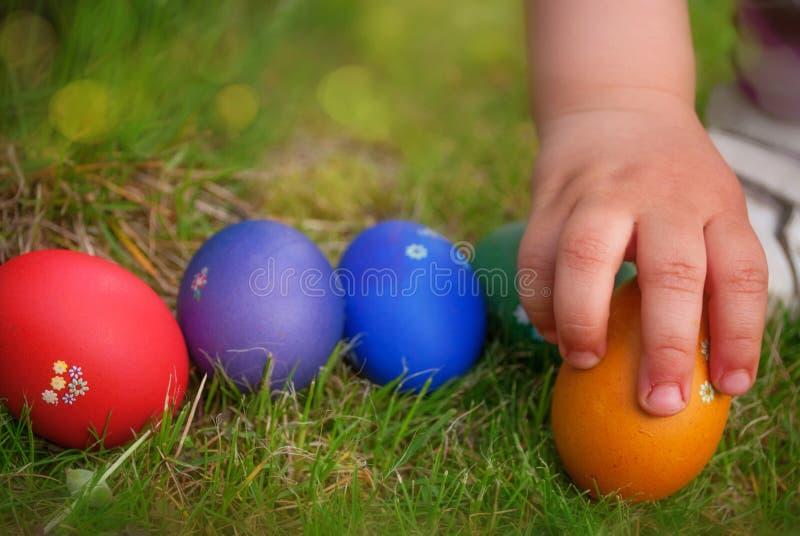 Mano que toma el huevo de Pascua fotografía de archivo