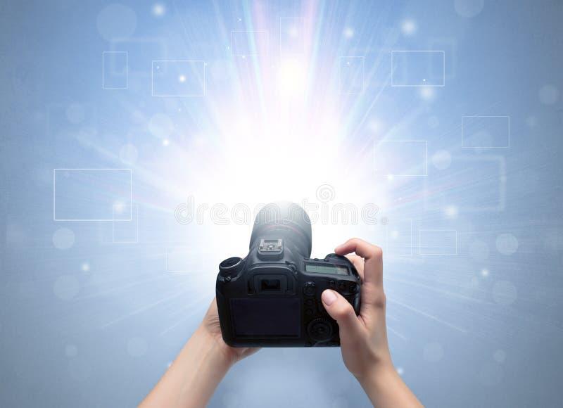 Mano que toma la foto con concepto de destello que brilla intensamente fotos de archivo libres de regalías