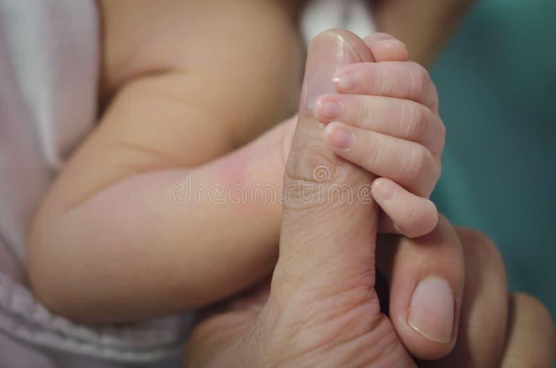 Download Mano Recién Nacida De Los Controles Imagen de archivo - Imagen de poco, cuidado: 41916657