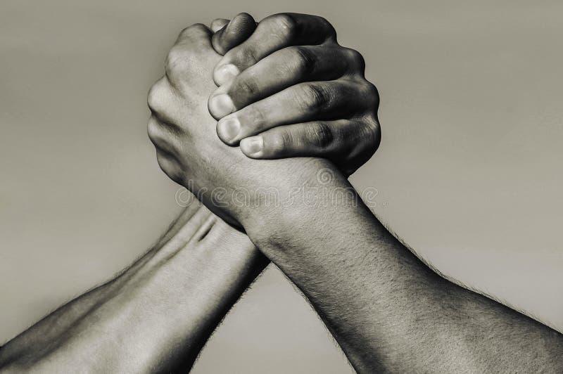 Mano, rivalidad, contra, desaf?o, comparaci?n de la fuerza Brazo muscular dos Concepto de la rivalidad Mano del hombre Lucha de b foto de archivo libre de regalías