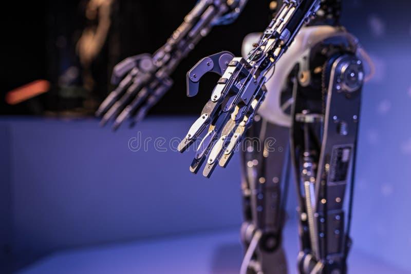 Mano robótica de Droid con los servos imagen de archivo