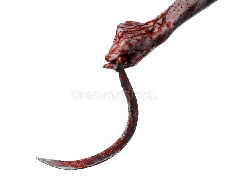 Mano sangrienta que sostiene una hoz, hoz sangrienta, guadaña sangrienta, tema sangriento, tema de Halloween, fondo blanco, aisla foto de archivo libre de regalías