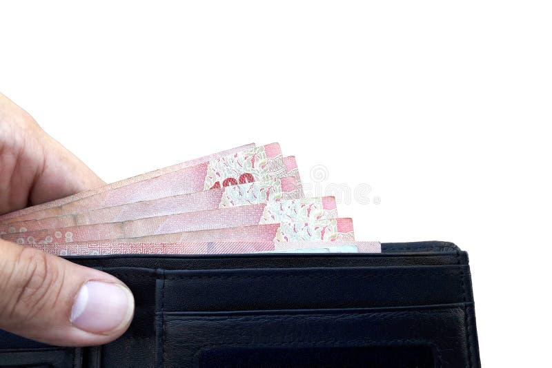 Mano sinistra che tiene portafoglio di cuoio nero con la pila di soldi immagine stock