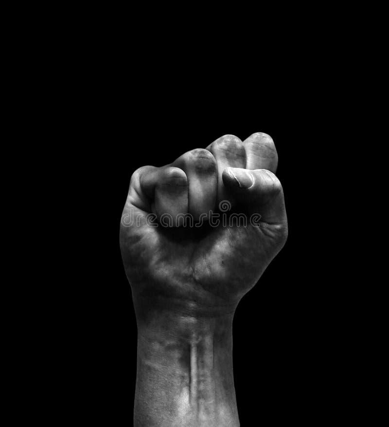 Mano sucia con el puño apretado que parece agresivo en blanco y negro fotos de archivo
