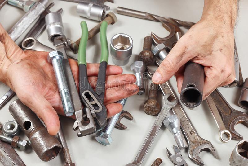 Mano sucia del mecánico detrás de su trabajo en taller fotografía de archivo libre de regalías