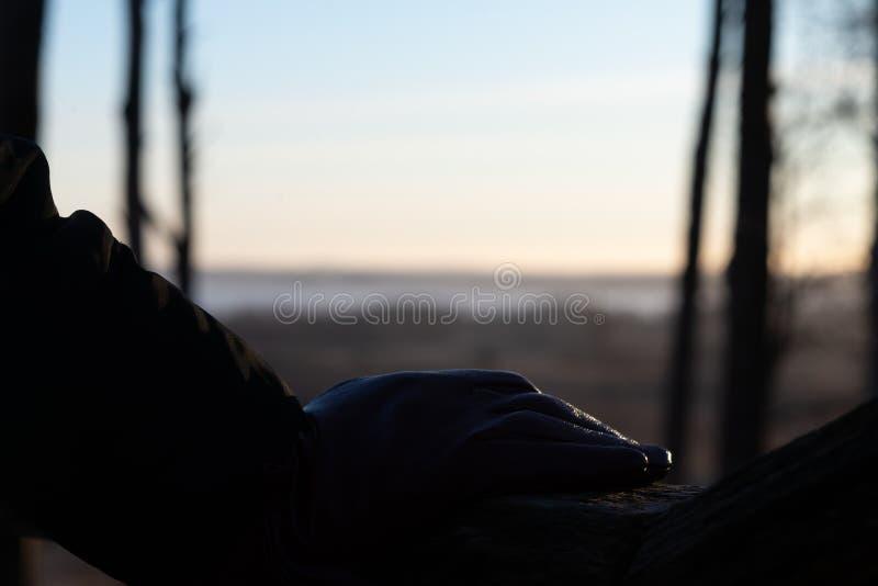 Mano sul corrimano di legno Sicurezza, vista dell'interno fotografie stock libere da diritti
