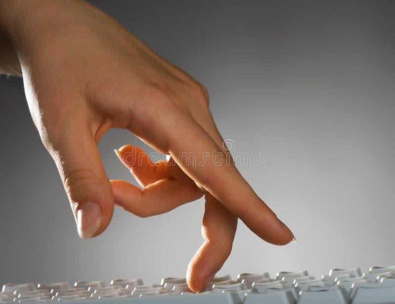 Mano sulla tastiera fotografie stock libere da diritti