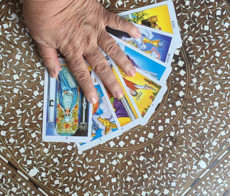 Mano sulle carte di tarocchi immagini stock