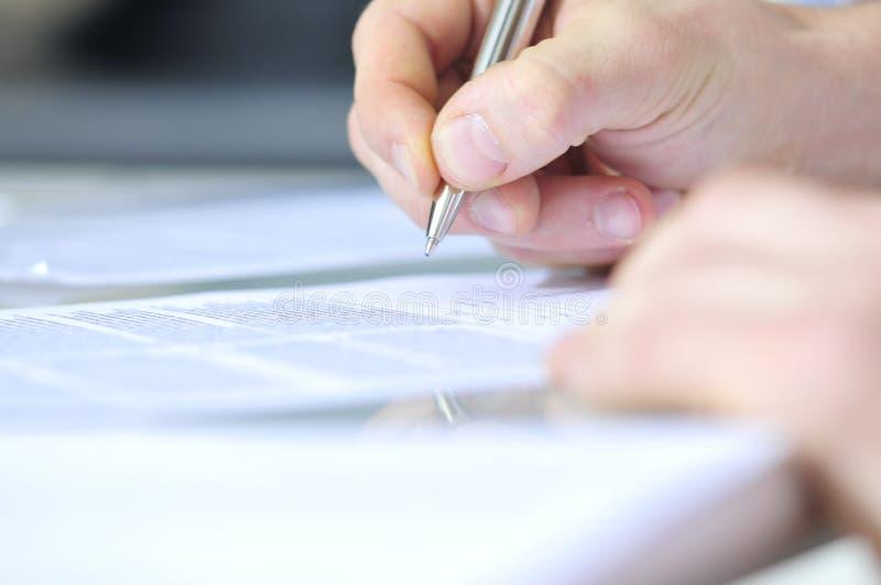Download Mano umana con la penna immagine stock. Immagine di documento - 7318745