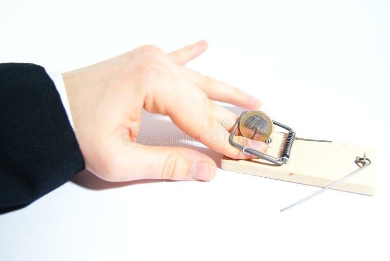 Mano umana in mousetrap con l'euro fotografia stock libera da diritti
