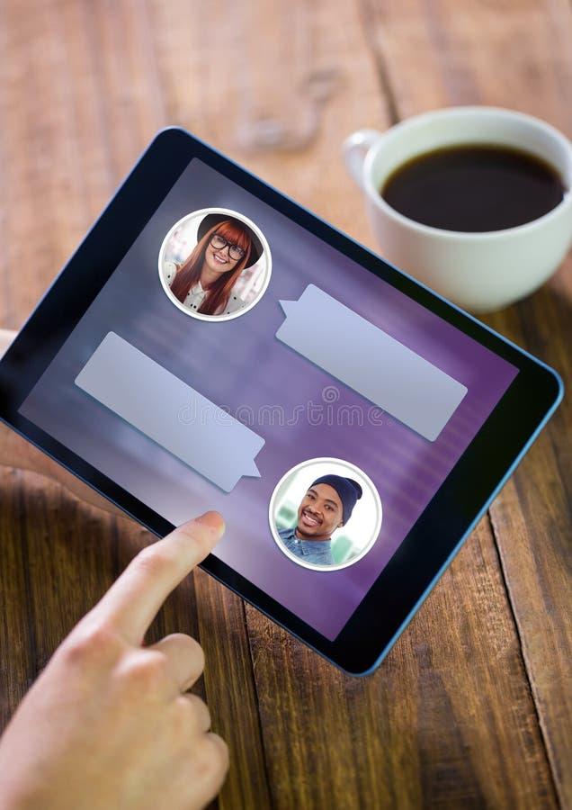 Mano usando la tableta con perfil de la mensajería de la burbuja de la charla foto de archivo libre de regalías