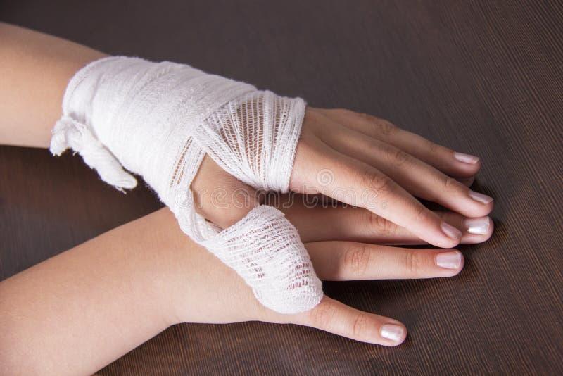 Mano vendada del ` s de la mujer, lesión de mano, vendaje del vendaje foto de archivo libre de regalías