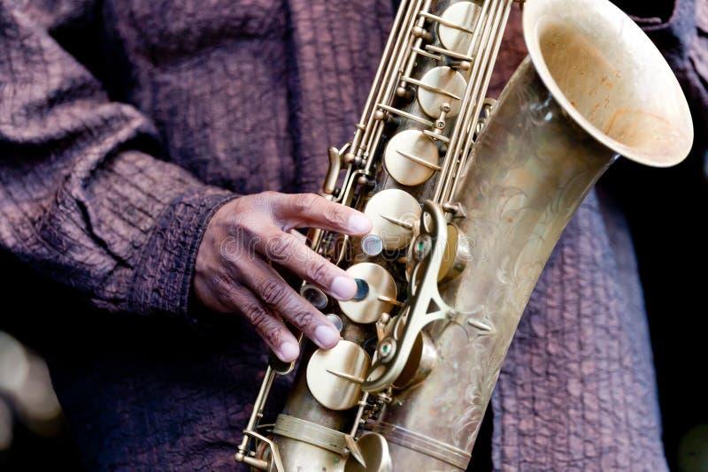 Mano y saxofón imagen de archivo libre de regalías