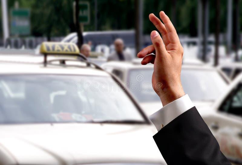 Mano y taxi foto de archivo