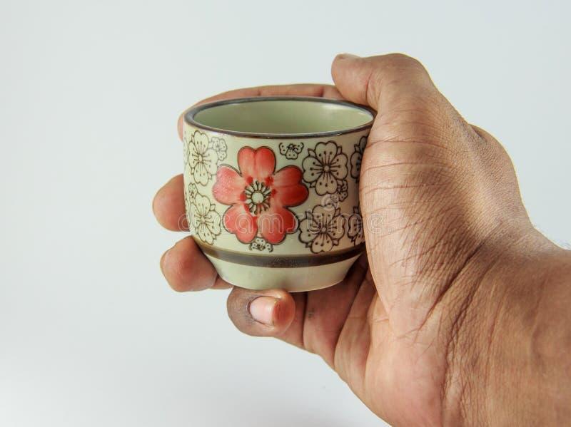 mano y taza de té foto de archivo libre de regalías
