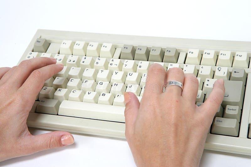 Mano y teclado de la mujer imágenes de archivo libres de regalías