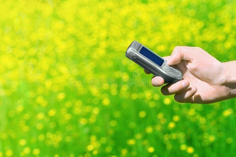 Mano y teléfono celular fotos de archivo