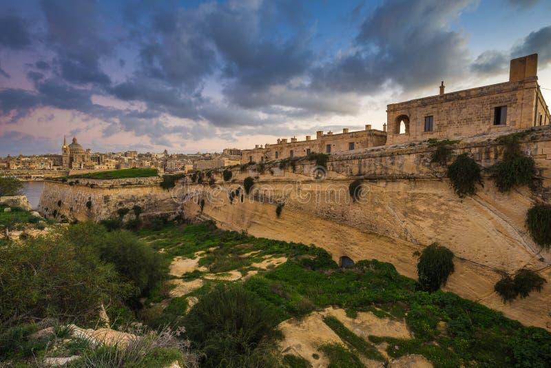 Manoel Island, Malta - fortezza abbandonata del calcare al centro di Manoel Island con la cattedrale del ` s di Saint Paul fotografia stock libera da diritti