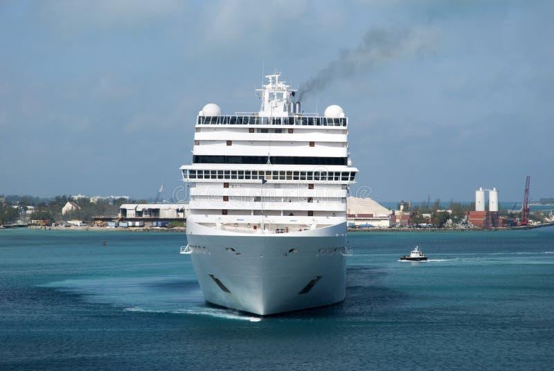 Manoeuvres de navires dans le port de Nassau images libres de droits