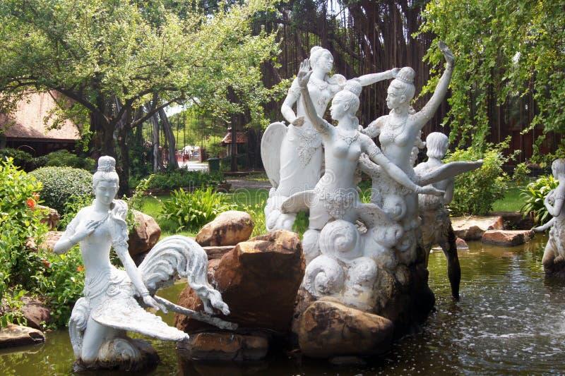 Manohra trädgårdstaty på forntida Siam i Samut Prakan Thailand arkivbilder