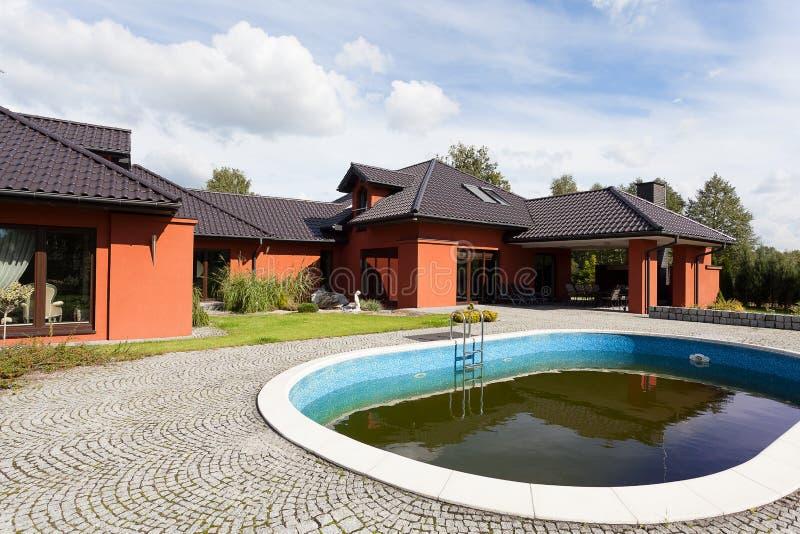 Manoir avec la piscine images libres de droits