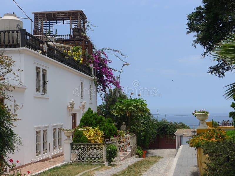 Manoir classique blanc de Barranco faisant face à la mer, Lima image libre de droits