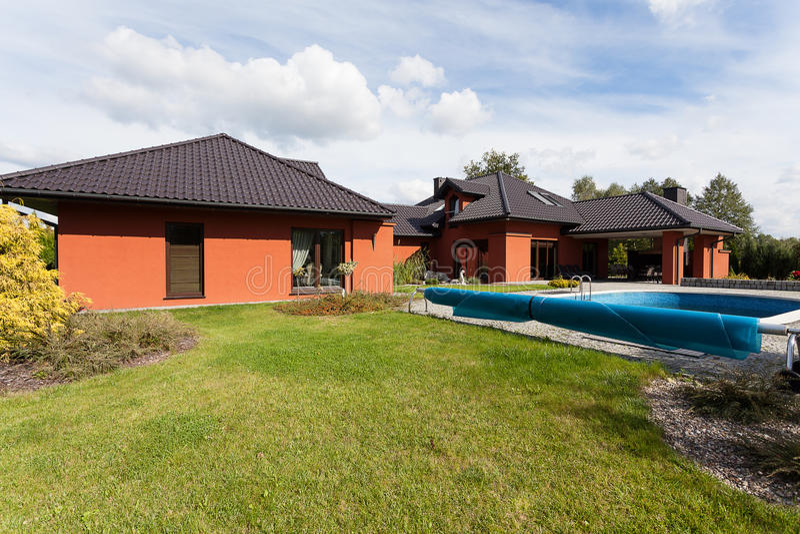 Manoir de luxe avec une piscine image libre de droits