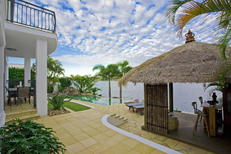 Manoir de luxe en dehors de paquet avec la hutte de Bali photos libres de droits