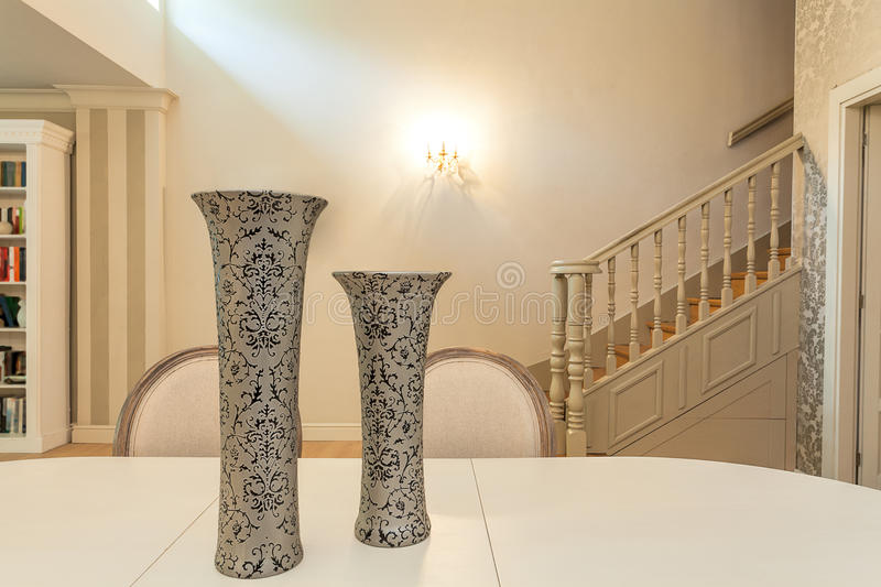 Manoir de vintage - vases sur une table image stock